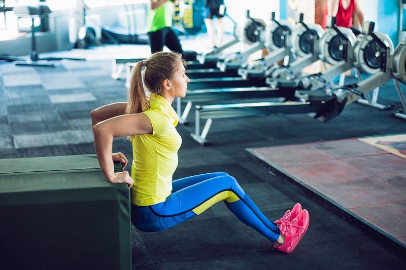 Жир под мышками и на внутренней части рук — это возрастной дефект. 5 упражнений для рельефа и молодости рук
