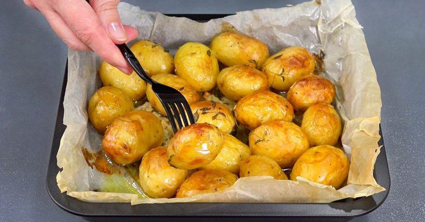 Как приготовить золотистый картофель в духовке. Румяный, мягкий и неимоверно ароматный!