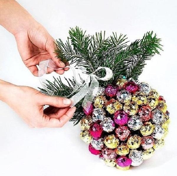 Подарки из конфет на Новый год своими руками