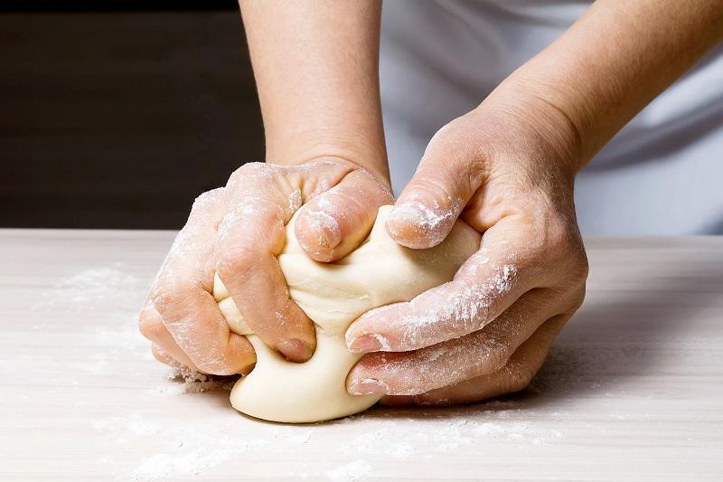 Быстрое бездрожжевое тесто для пиццы без яиц и молока