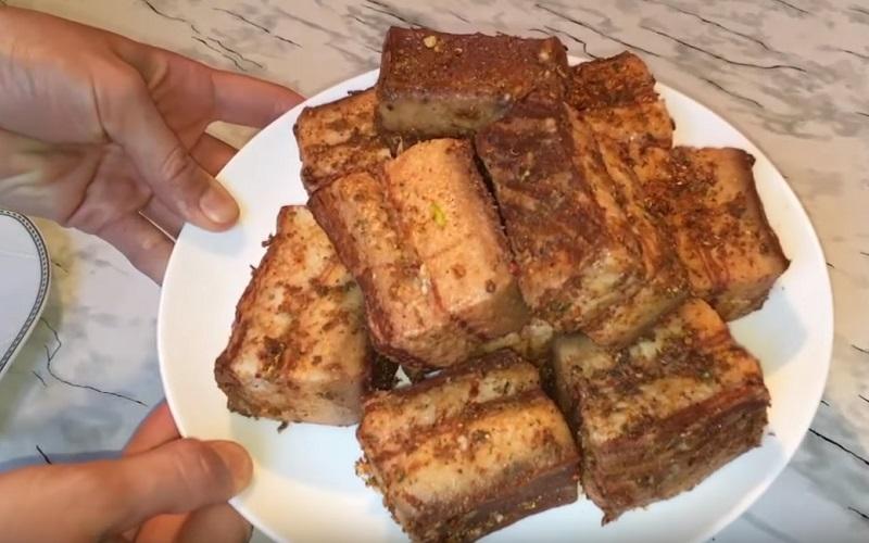 Почему молодые хозяйки готовят сало в луковой шелухе