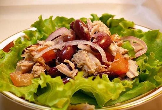 ПП-салат с консервированным тунцом и фасолью