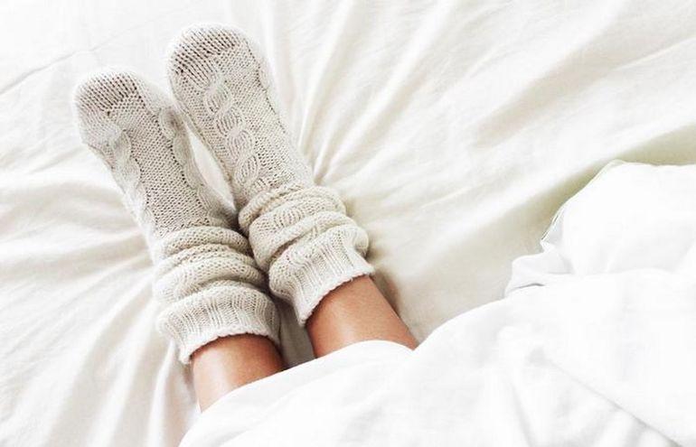 Хотите быстрее засыпать и лучше высыпаться? Надевайте носки перед сном!