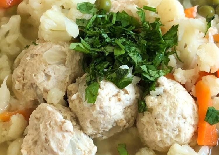 Рецепт диетического супа с куриными фрикадельками и цветной капустой