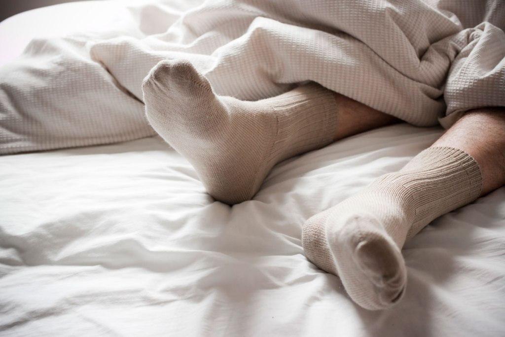 10 полезных упражнений для суставов, которые можно сделать прямо в постели