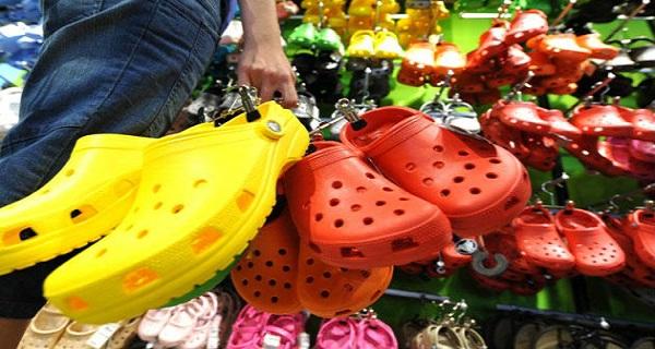 А вы носите такие сандалии? Пришло время выбросить такую обувь!