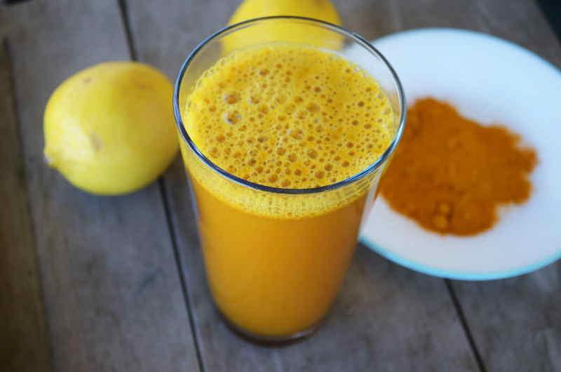 Вот, что происходит с вашим организмом, когда вы добавляете куркуму в стакан воды с лимоном!
